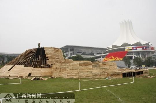 南宁国际会展中心外侧正在搭建的模型.广西新闻网记者伍永志摄-中