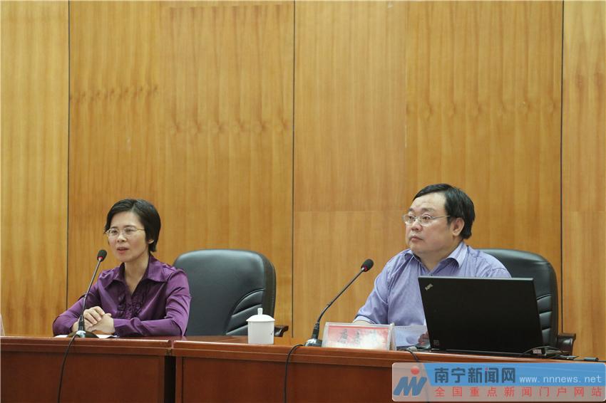 党组书记、主席陈晓红(左一)作开班动员讲话.-南宁文艺界学习十
